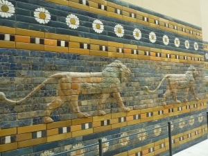 … avec ses lions majestueux qui bordaient la voie conduisant à elle