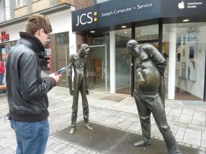 Benoît étudie le plan du circuit devant la « statue de la dispute »