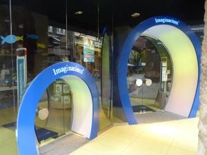 La boutique « Imaginarium », avec une entrée pour les adultes et une entrée pour les enfants !