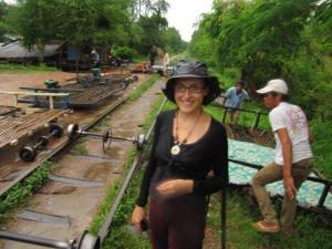Il pleut il pleut bergère… derrière moi, les essieux et les planches de bambou qui font office de train dans le Bamboo Train (Battambang, Cambodge)