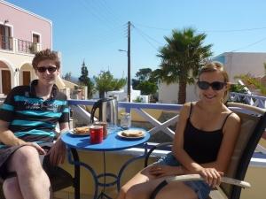 Petit-déjeuenr en terrasse sous le soleil, les vacances commencent bien...