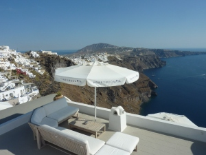 """Santorin est une destination importante du tourisme """"lune de miel"""", et on s'en rend compte rien qu'au nom des hôtels !"""