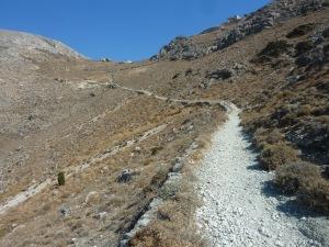 Le chemin serpente sur le flanc de la montagne