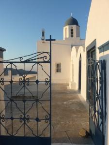 Notre petite église face à la caldeira