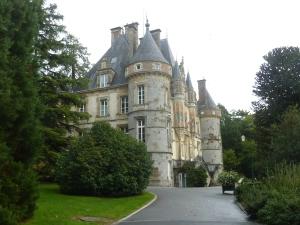 Le château est situé au cœur d'un superbe arboretum