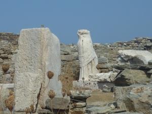 Merveilleux plissé de la tunique au milieu des ruines...