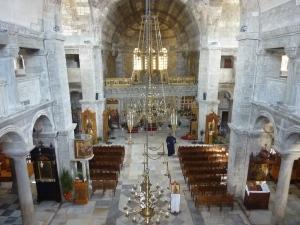 L'intérieur de l'église (pope inclus)