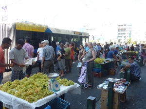 Vendeurs de raisin sur le port