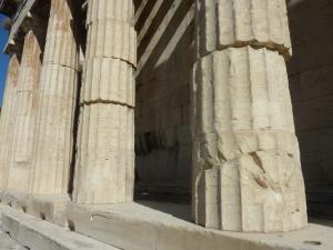 Certaines colonnes ont l'air un peu bringuebalantes, mais bon, il tient toujours…