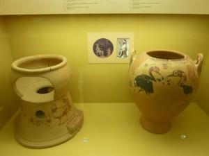 Et le top du top à gauche : la chaise pour bébé, en terre cuite, en direct du 6è siècle avant JC !