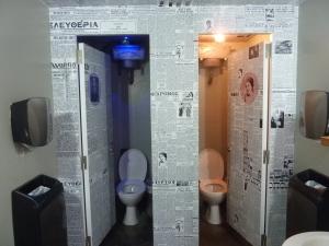 Même les toilettes valent le détour, tapissées de papier journal et avec une loupiote rose chez les filles, bleue chez les garçons (ça n'apparaît pas bien sur la photo !)