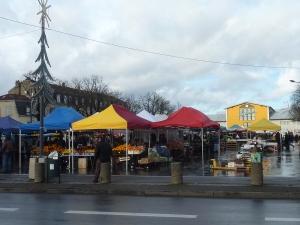 Le marché de Mulhouse, et au fond le marché couvert
