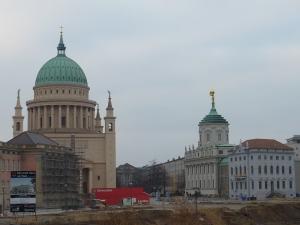 Vue sur la place la plus ancienne de Potsdam : l'église St Nicolas, l'obélisque et l'ancien hôtel de ville ont résisté aux bombardements