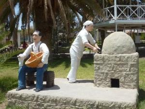 Statues sur la place du village