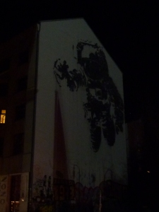 Le tag cosmonaute, censé avoir un drapeau dans la main by night du fait de l'ombre portée des drapeaux du concessionnaire auto juste derrière… oui, oui, ça se discute !