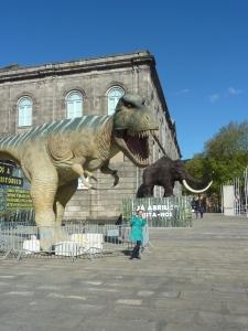 Les dinosaures envahissent la ville...!