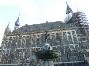 Statue de Charlemagne devant l'hôtel de ville