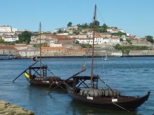 Bateaux (touristiques) chargés de tonneaux de porto
