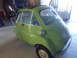 Une voiture ancienne et originale nous attendait en haut du téléphérique...