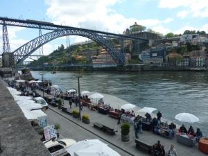 Marché touristique le long du Douro