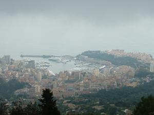 Vue (brumeuse) sur Monaco depuis La Turbie