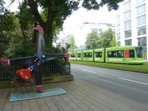 « Radschlager », petit garçon faisant la roue, emblème de Düsseldorf (ici un peu revu et corrigé…)
