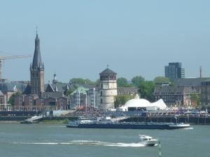 Vieille ville – à l'extrême-gauche, le « clocher penché » (oui, oui, c'est léger…)
