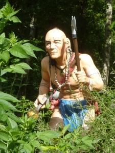 Près de notre tente, un Indien monte la garde