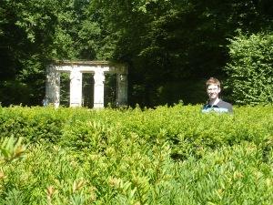 La haute stature de Benoît est un avantage certain dans le labyrinthe...