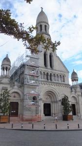 L'église est très jolie et possède de beaux vitraux