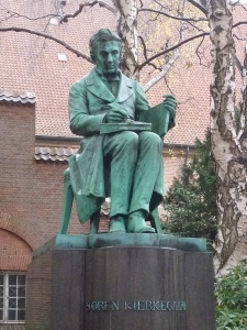 Kierkegaard dans la cour devant le musée juif