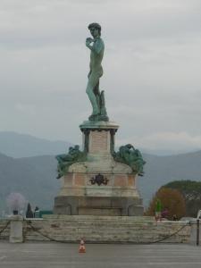 Une copie du David de Michel-Ange trône sur la place