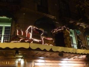 Sur la façade d'une boutique, un véritable petit train