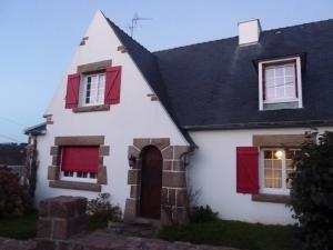 Maison bretonne typique avec son toit en ardoise et ses décorations de pierre