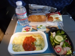 Manger de la vraie salade verte sans sauce bizarre en avion, c'est mon luxe absolu