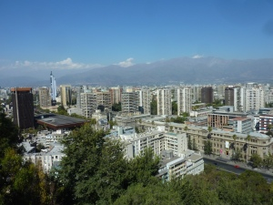 Vue sur Santiago, au pied des Andes – et pour Benoît, question subsidiaire : reconnais-tu l'un des buildings ??? ;-)
