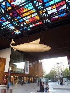 A deux pas, le centre culturel Gabriela Mistral et son poisson suspendu