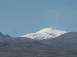 L'un des volcans est encore en activité, cf les fumerolles qui s'en dégagent