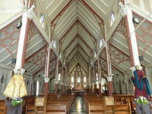 A l'intérieur de l'église il y a des arcs en fer forgé