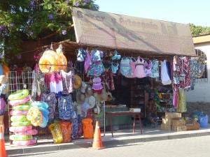 On se croirait dans une station balnéaire… il y a même les boutiques de maillots !