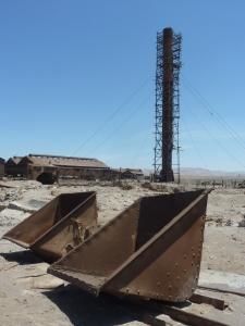 A l'arrière-plan la cheminée de l'usine