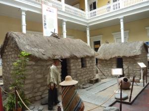 Dans le hall du musée sont reconstituées deux petites maisons aymaras typiques de l'altiplano.