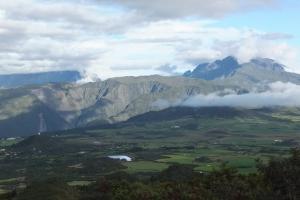 La plaine des Cafres et le piton des Neiges (à droite dans les nuages)