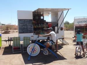 Au marché, un stand propose de mixer soi-même son jus de fruits en pédalant !