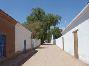 Les rues de SPA sont en terre battue, et les maisons souvent en adobe