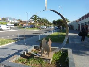 Sculpture à l'entrée du terminal des bus
