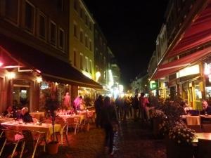 Pontstrasse, la rue la plus animée d'Aix le soir