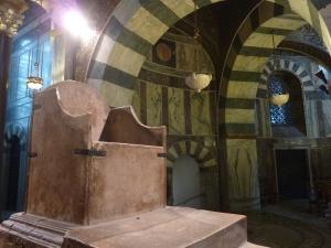 Le fameux trône (en marbre blanc)