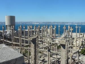Pour dissimuler les installations militaires et les faire passer pour un cimetière, les  Alliés avaient fabriqué de fausses croix