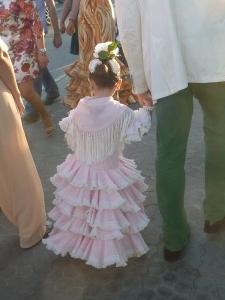 Les petites filles (et même les bébés !) sont habillés à l'andalouse.
